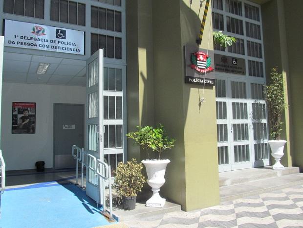 Foto da fachada da 1ª Delegacia de Polícia da Pessoa com Deficiência