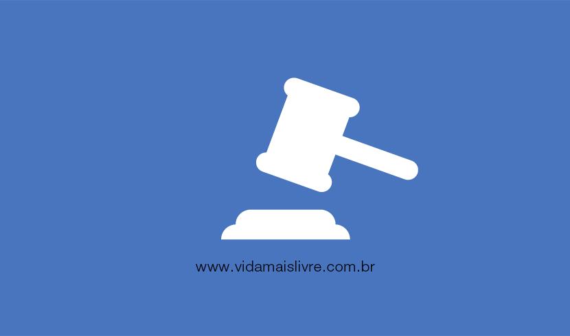 Em fundo azul, há um ícone que representa um martelo de juiz