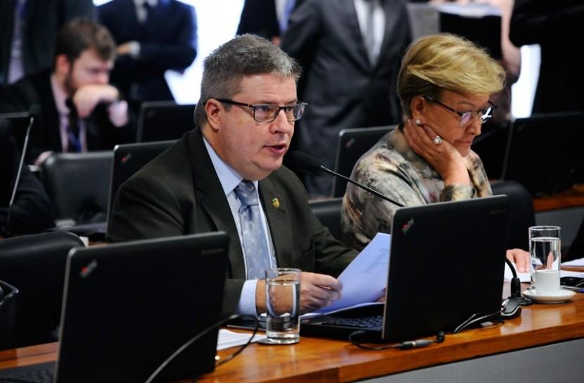 Foto do senado, com deputados reunidos nas bancadas, enquanto gesticulam