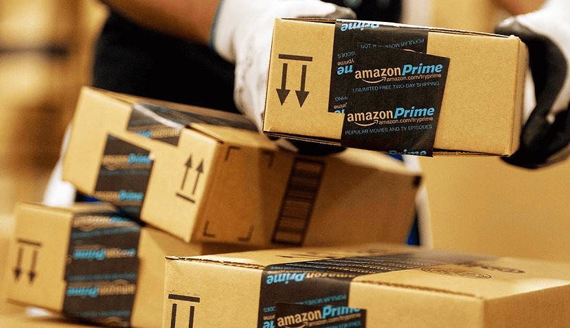 Foto de uma pilha de caixas com adesivos da Amazon