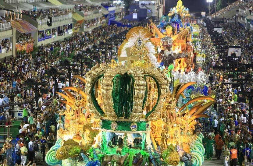 Foto em plano aberto de um desfile na sapucaí