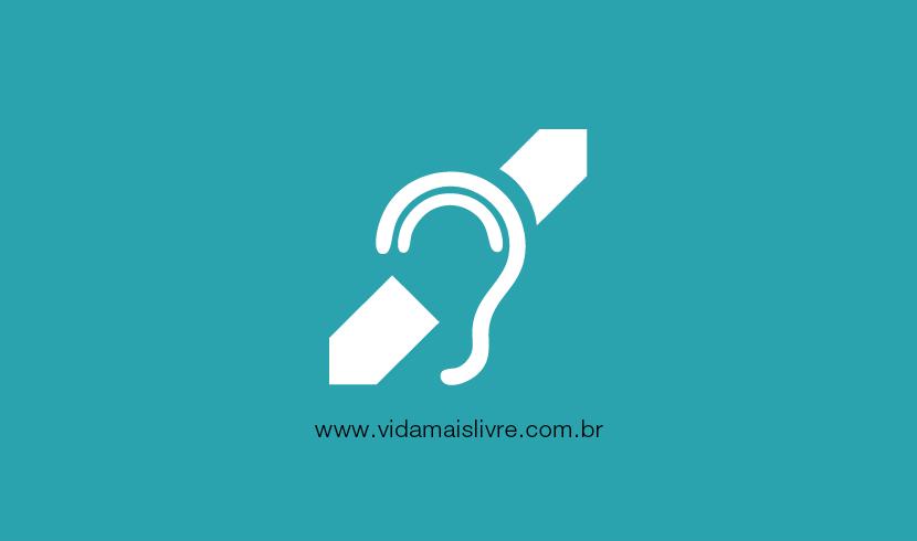 Em fundo verde, ícone que representa o símbolo da deficiência auditiva em branco