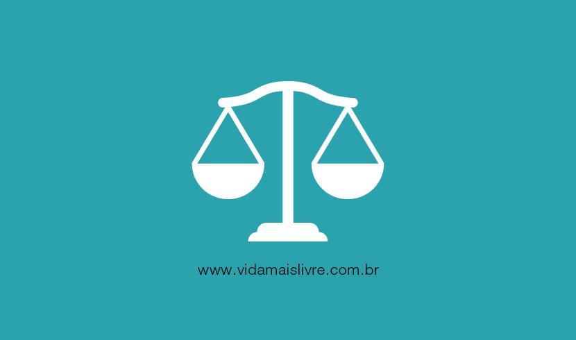 Em fundo verde, ícone em branco representando a balança da justiça