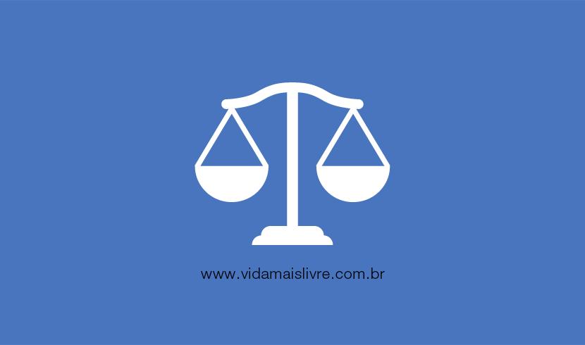 Em fundo azul, ícone em branco representando a balança da justiça