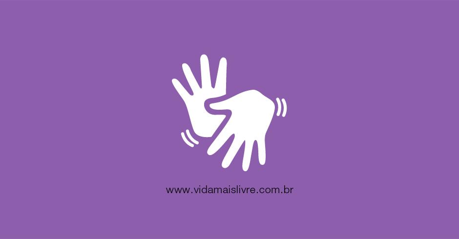 Em fundo roxo, ícone branco com duas mãos gestilucando e representa Libras