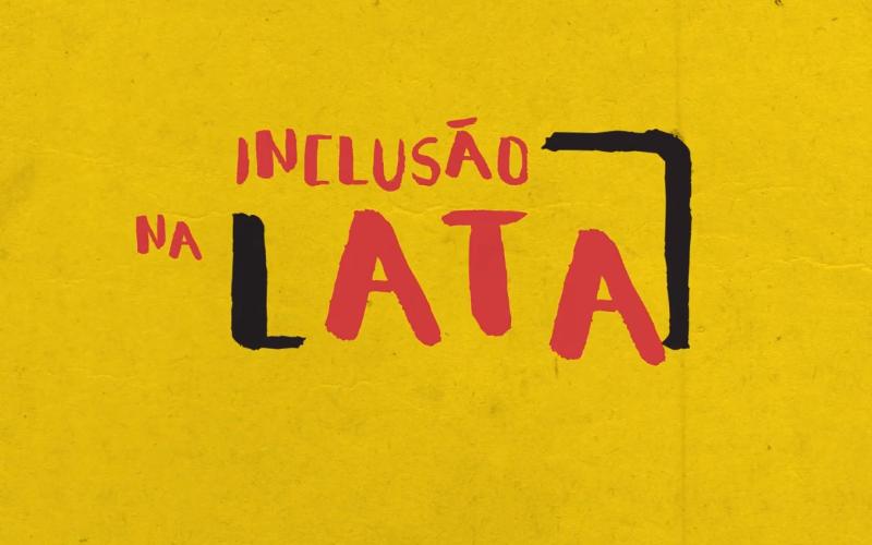 Em fundo amarelo, logotopo do canal Inclusão na Lata, em vermelho e preto. O L de lata forma um colchete, complementado por outro colchete entre o A de Lata