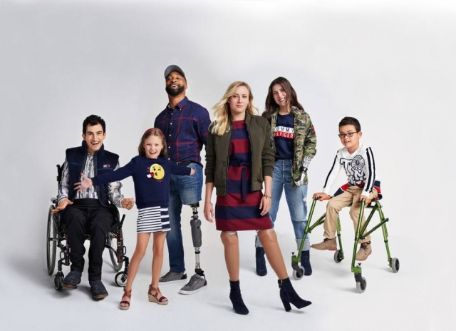 Foto de modelos de diversas idades com deficiências físicas posando para a marca