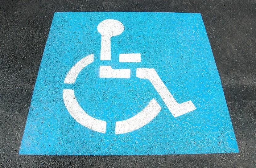 Foto do símbolo de pessoa com deficiência física pintado no chão